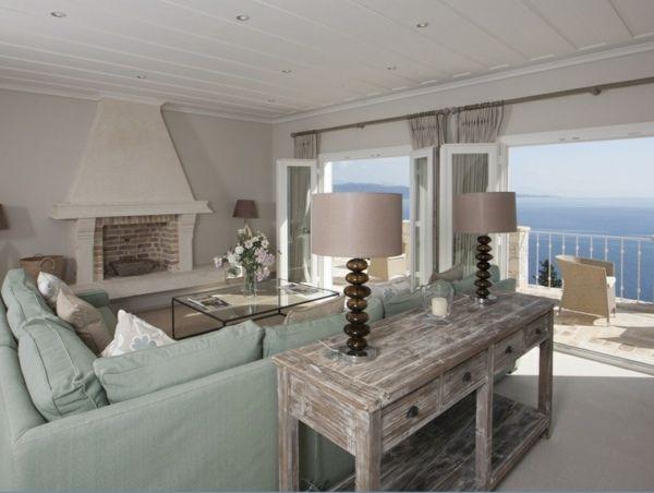 Wohnzimmer hell grüner Sofa Vintage Beistelltisch Holz Kamin