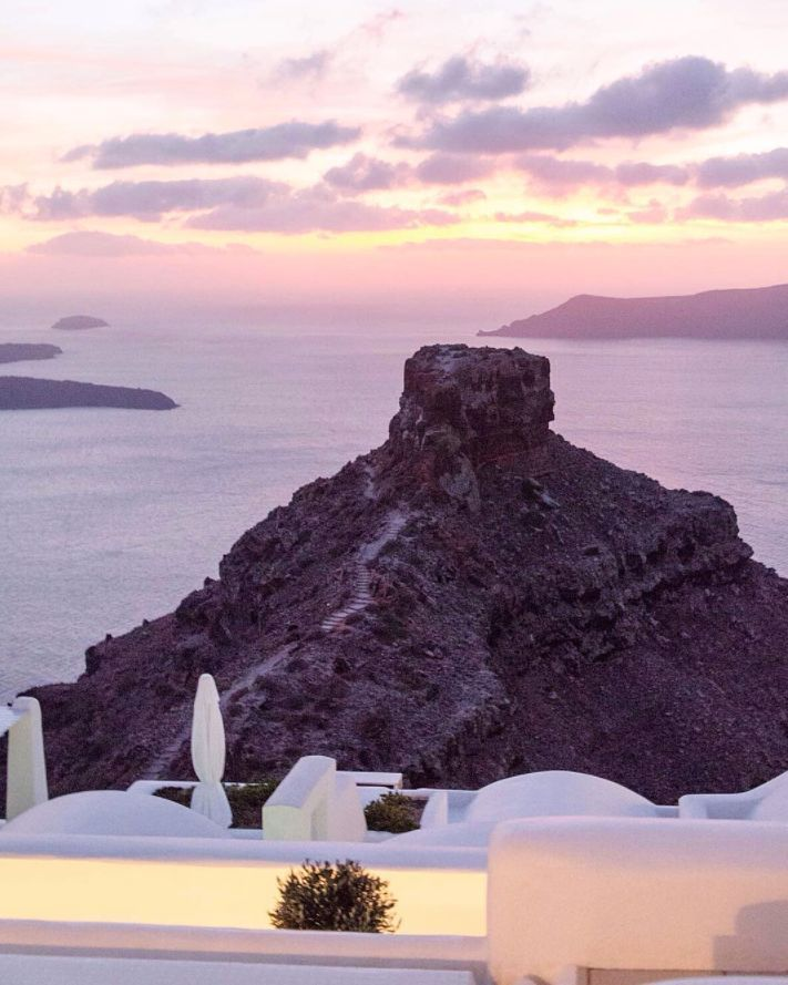Aren't sunsets incredibly magical? Here's one from Santorini. We wish that you have a beautiful Saturday night!