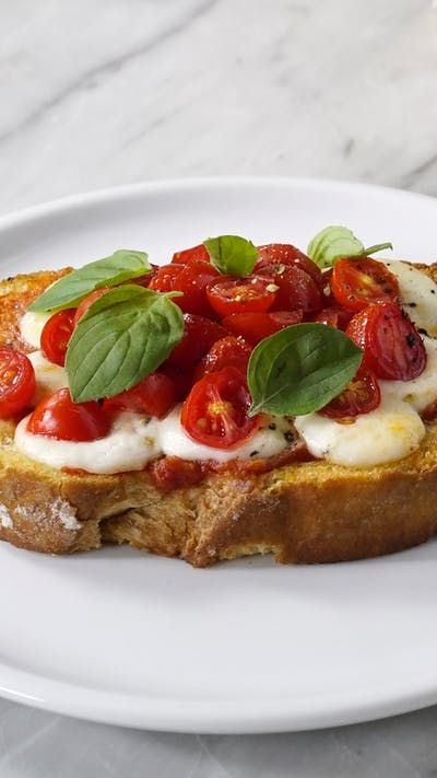 Vai receber convidados em casa? Essa bruschetta de tomate e manjericão é perfeita como aperitivo.