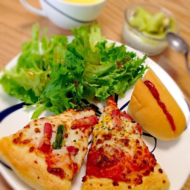 冷凍してあったピザでブランチ♡ *アスパラとベーコン、モッツァレラチーズのピザ *コーンとベーコン、サラミのピザ *イチゴジャムコッペ *サラダ *コーンスープ *キウイヨーグルト - 13件のもぐもぐ - ピザプレート*11/9 by yukibo