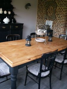 Table with painted legs. I like this soft black color!!!