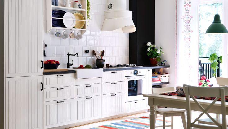 Cozinha tradicional em branco com frentes GAMLEBY e bancadas escuras