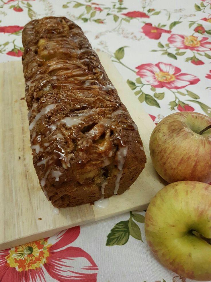 Plum cake alle mele con glassa di zucchero e caramello