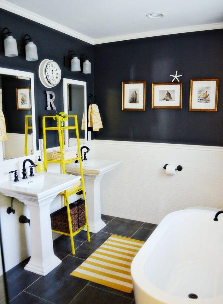 peinture murale en noir et blanc dans la salle de bains aux accents jaunes