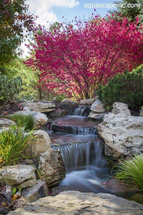 Herbstlandschaftsmerkmale mit einem Schuss Wasser