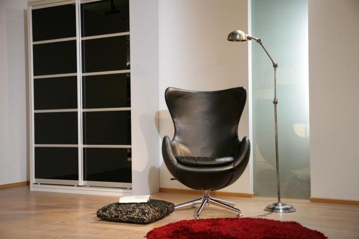 Valkoinen liukuovikomero Lupus liukuovilla, hopean värinen kehys mustalla lasilla. #liukuovikaapit #musta #musta sisustuksessa #desing