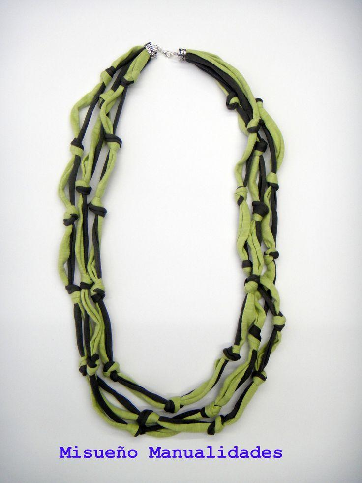 Collar largo de nudos de trapillo en dos tonos de verde.  www.misuenyo.com / www.misuenyo.es