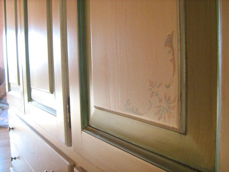 particolare della decorazione di uno sportello realizzato in frassino invecchiato