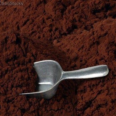 Este es el cacao en polvo. El cacao es el fruto de una planta originaria de América tropical y se utiliza para dar sabor a numerosos productos dulces como tortas, helados y pasteles.