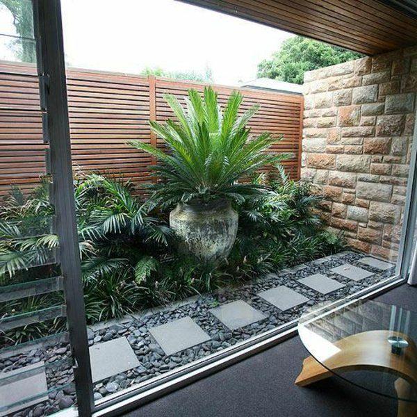 allées de jardin et table basse en bois et verre
