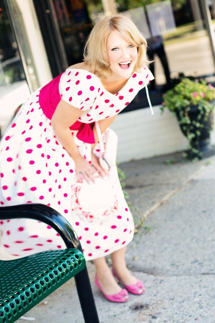 Les robes vintages représentent depuis quelques saisons déjà la tenue que toute femme stylée se doit d'avoir dans son dressing. Quelle femme ne succomberait pas sous le charme de cette robe avec sa coupe si féminine. Déjà à la pointe de la mode du temps des très célèbres Marilyn Monroe, Jane Birkin ou encore Audrey …