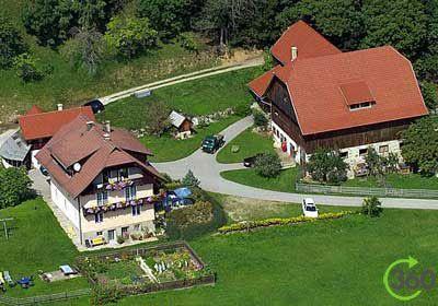 Oberrainerhof - Karinthië  Op ons plekje kunt u dromen en loslaten. Onze rustig gelegen boerderij staat op een zuidelijke helling op 930m hoogte en is omgeven door weilanden. Door de unieke sfeer van het landschap, de dieren en de mensen van Karinthië kunt u even afstand nemen van de dagelijkse beslommeringen.