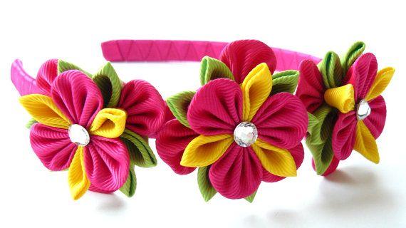 AzenethA flores se hacen en la técnica del tsumami kanzashi.  Venda plástica está tejida con cinta de raso.  Las flores están hechas de cintas del grosgrain. A