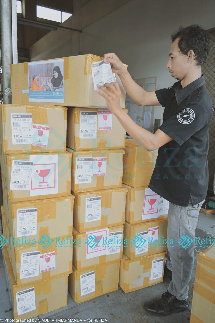 Proses pengiriman pesanan paket souvenir customer Refiza. Terimakasih sudah order dan mempercayakannya kepada kami. Kami tunggu orderan selanjutnya.
