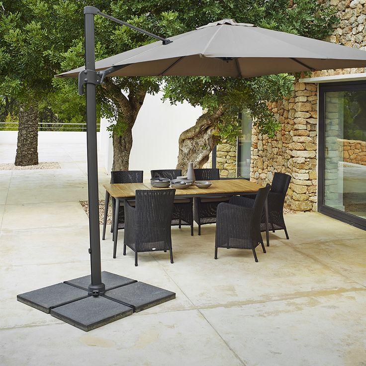 """Il parasole è realizzato in alluminio ed è disponibile in due colori diversi. Può ruotare, rendendo così facile """"catturare"""" il sole. Viene diffuso con una piastrella in pietra (4x25 kg) per tenerlo in posizione. Misure: 300x300 cm h 275"""