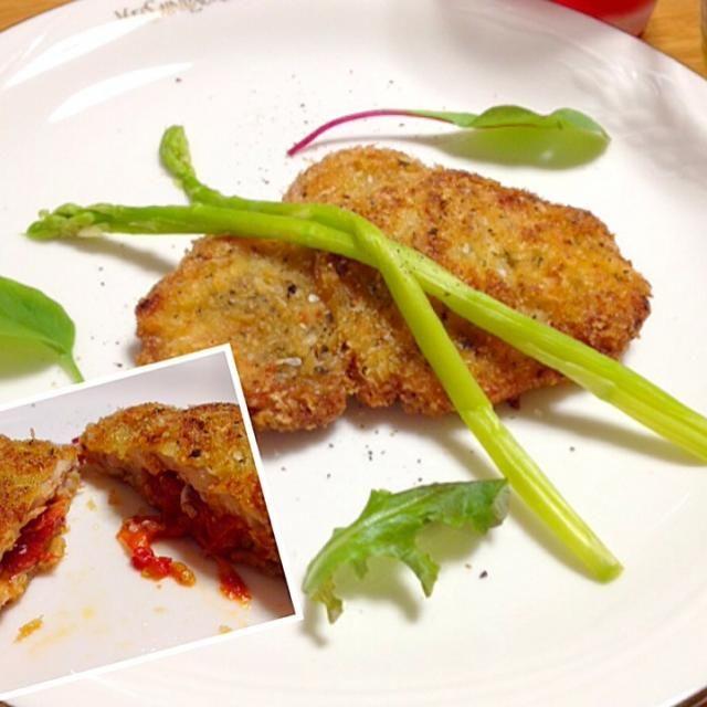 イタリアンだとコトレッタっていうんですか? ドライトマトを挟み込んだウィンナーシュニッツェルのイメージで作りました。 パン粉には粉チーズとドライバジルを混ぜて♡ - 90件のもぐもぐ - イタリアンなポークカツレツ♡ by さちこ(さがねっち)