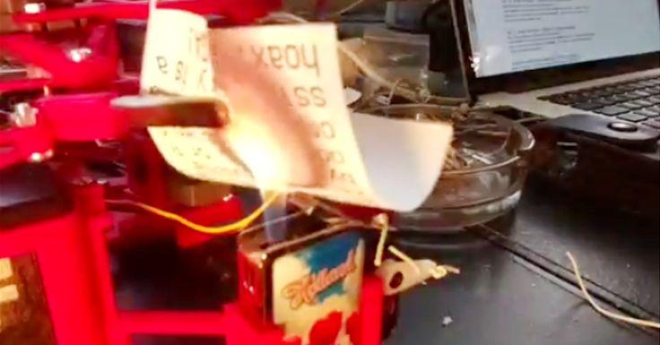 De pyromane robot van David Neevel zet met een Holland-aansteker Trumps vlammende twitterbetogen vakkundig in de hens.