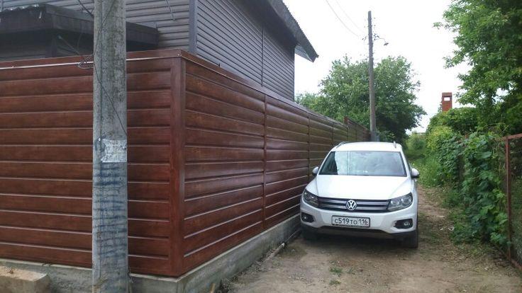 """Забор из металлосайдинга с имитацией бруса, цвет """" красное дерево"""" #shalewood"""