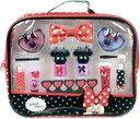 Minnie Mouse Косметический набор Модная сумочка Минни В наборе: крем-тени для век - 2шт, помада для губ - 2шт, блеск для губ - 2шт, лак для ногтей (на водной основе) - 2шт, аппликатор для нанесения макияжа - 2шт, заколка-гребешок для волос, разделитель для пальцев, косметичка на молнии. Размер косметички: 24 х 21 х 5 см. Для детей от 3 лет.