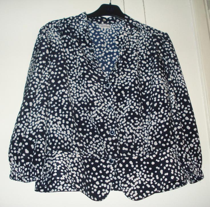 Aangeboden door vintage store Things I like Things I love: donkerblauwe blouse met wit stippenmotief, maat L.