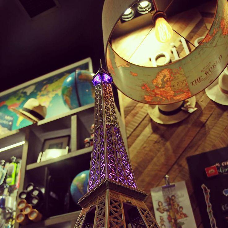 Torre Eiffel con 💡LED✨ de #cubicfunclub disponible en @pilgrimtravelstore un excelente 🎁#regalo para esta 🎄#navidad para el ✈️#viajero y ❤️#decorar