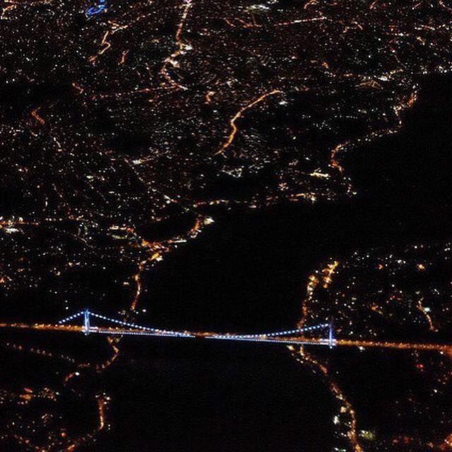 從高空看到的伊斯坦布爾博斯普魯斯海下與大橋的夜景,如點點繁星中的一道銀河。