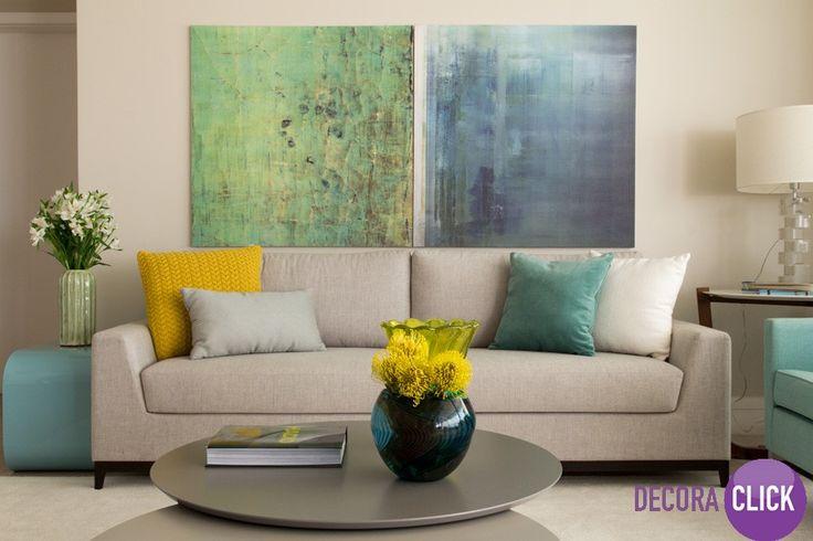 Decoração de Interiores - Salas de Estar  Veja como a decoração desta sala de estar, além de aconchegante, é um charme! Perceba como o espaço está agradável. Olha que lindos os quadros escolhidos, com imagens difusas, em tons pastéis de azul e verde. Um luxo! Eles foram colocados junto ao encosto do sofá, uma escolha apropriada para que eles fiquem na altura dos nossos olhos. E preencheram bem a parede onde fica o sofá desta sala de estar.  Projeto: Marília Veiga
