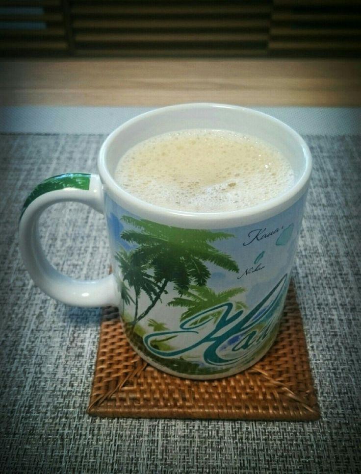 バターコーヒー 最強の朝食、完全無欠コーヒー 材料 (1人分) コーヒー粉 10g グラスフェッドバター 10g MCTオイル 大さじ1 作り方 1 ガラスフェッドバターを用意する。 2 MCTオイルを用意する。 3 ハンドミキサーを用意する。 4 1と2をコーヒーマグに入れる。 5 コーヒーをドリップする。(ペーパーレスフィルターを使用しコーヒーオイルも楽しむ。) 6 マグの1/3~1/2ドリップする。 7 ハンドミキサーでかきまぜる。(マグいっぱいまでドリップするとマグからコーヒーが飛び散ります。) 8 マグいっぱいまで再度ドリップする。 コツ・ポイント グラスフェッドバターは必ず牧草のみで育った牛のバターを使用する。ミキシングはマグの1/3~1/2の量でミキシングする。 レシピの生い立ち イッテQでバターコーヒーの事を知り、興味を持ちネットで色々調べて、自分なりの完全無欠のコーヒーをつくって毎朝愛飲しています。朝のパフォーマンスがあがり毎日健康的になったように思います。ダイエット効果も何となくあるような気もします。