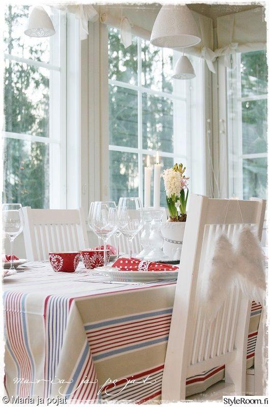 keittiö,valkoinen,ruokailutila,pöytäliina,kattaus