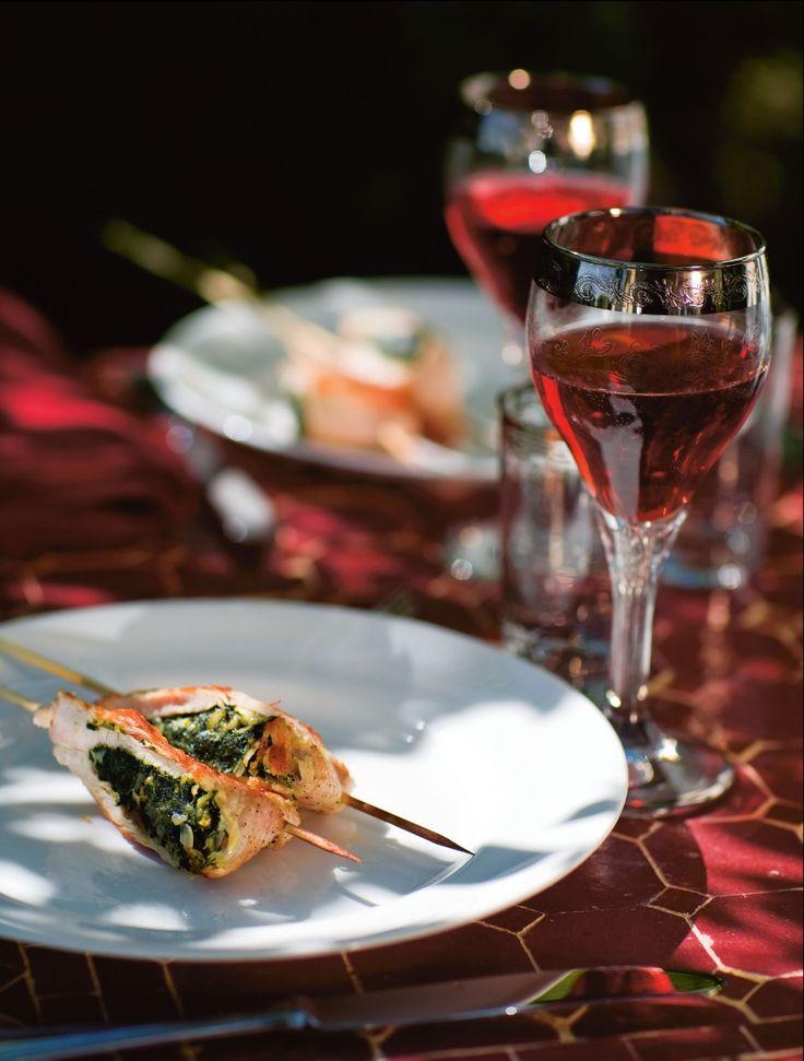 Filetto di tacchino alla griglia, snygg grillpinne med mört och magert kalkonkött. Den saftiga fyllningen med smörstekt lök och spenat i det ljusa kalkonköttet är en skön och god mix. Recept från kokboken Mina gästers mat.