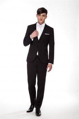 GARNITUR FENIKS  Całoroczny garnitur z klasycznej linii RESPECT o lekko dopasowanej sylwetce, uszyty ze szlachetnej tkaniny w mieszance wełny, poliestru i jedwabiu.