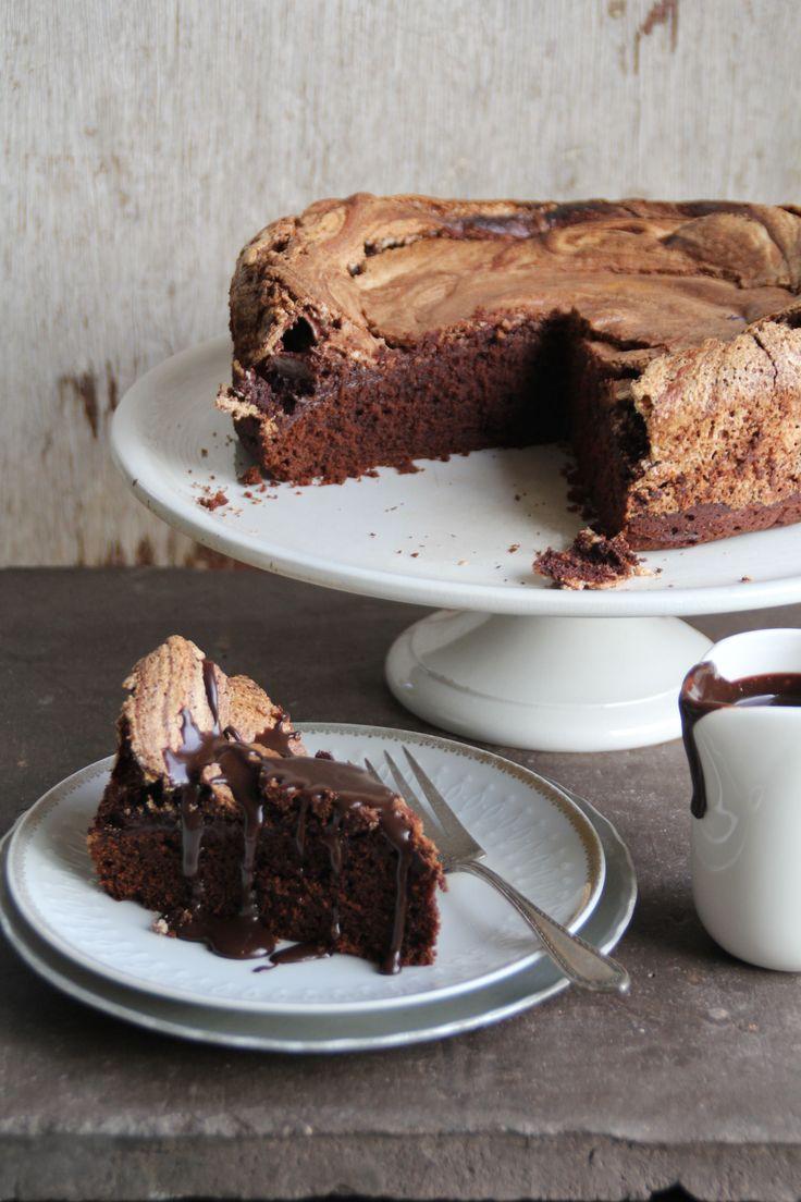 Sjokoladekake med marengslokk - hva i alle dager kan være bedre enn det? Litt ekstra sjokoladesaus og en klatt vaniljeis og du har en uforglemmelig dessert!