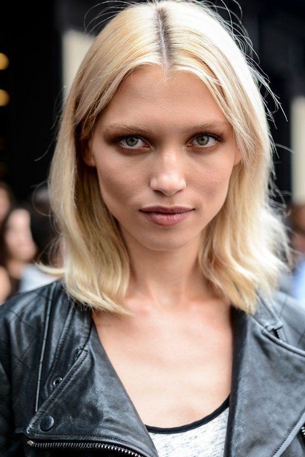 Auf den Straßen Mailands überzeugte dieses Model mit einer ganz lässigen mittellangen Frisur: Die schulterlangen Haare werden einfach zum Mittelscheitel gestylt. Gefällt's euch?Noch mehr Frisuren hier - und die ganz frischen Trendfrisuren 2015 findet ihr hier.