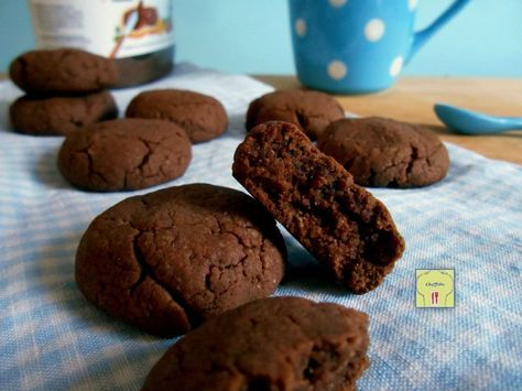 Ricetta dei biscotti alla nutella con soli tre ingredienti, pronti in circa quindici minuti, con un procedimento facile.