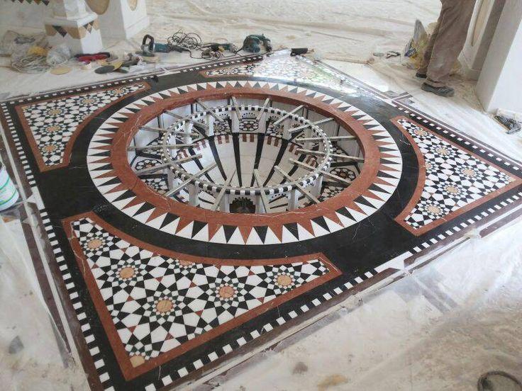Rosetón de Mármol. Composición circular de pequeñas piezas de distintos mármoles. #arquitectura #diseño #decoracion #marmol #cremamarfil #interiorismo #mosaicos