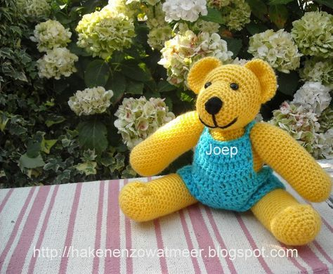 Haakpatroon beer joep.     Benodigdheden: 1 bol gele wol en 1 bol blauwe wol [zeeman]   restje zwarte wol    twee beren ogen    haaknaal...