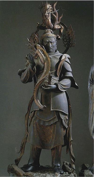 【京都・三十三間堂/難陀竜王(二十八部衆)(鎌倉)】国宝。木造彩色、玉眼。159cm。八大竜王のひとり。梵語名ナンダナーガ。歓喜龍王とも呼ばれ、弟の跋難陀龍王とともに密教の雨乞いで拝まれる。本像は武装し、両手で竜体部を支える。