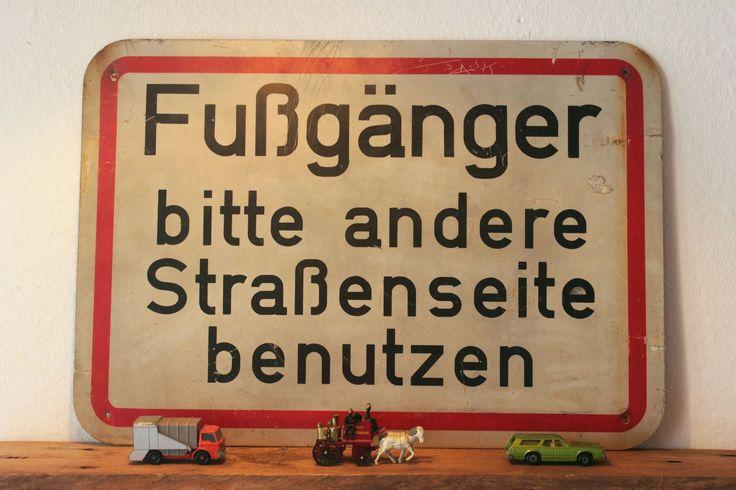 Construction sign and vintage toy cars on my pallet wall shelf. // Baustellenschild und alte Spielzeugautos auf meinem Wandregal aus einer Palette. Industrial vintage design