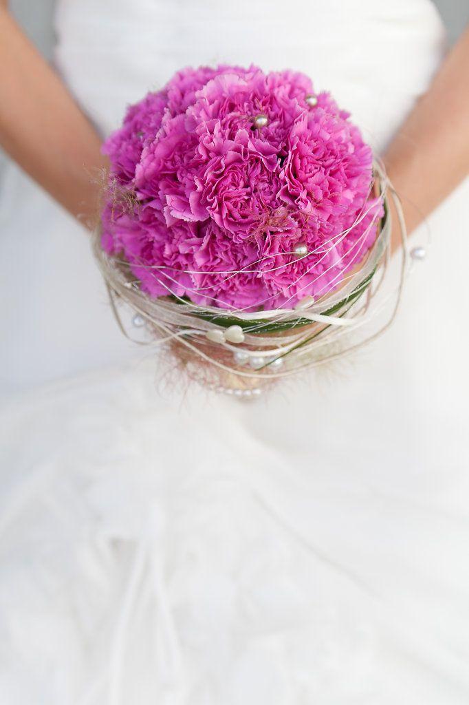 Brautstrauss, pinke Nelken - Hochzeitsfotografie Sophie Saller