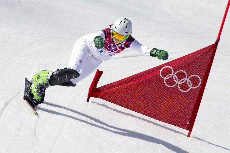 Česká snowboardistka Ester Ledecká při olympijské čtvrtfinálové jízdě v paralelním slalomu. (22. února 2014)