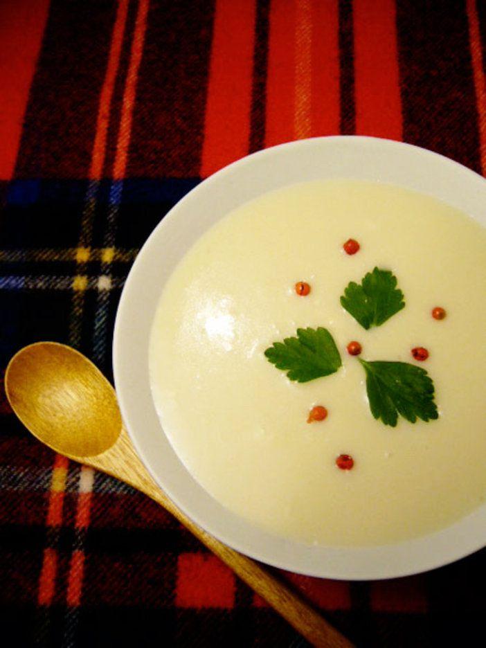 大根を一日おいて乾かすがポイント。優しい味のスープで身も心もポカポカ和の食材のイメージが強い大根も、牛乳と生クリームを加えたクリーミィなポタージュにすると、また新鮮。大根は一日おいて水分を少し飛ばすことで、味が凝縮される。とろみをつけるために、ぜひ米も加えて。大根の優しい風味が、身も心も温めてくれるはず。|『ELLE gourmet(エル・グルメ)』はおしゃれで簡単なレシピが満載!