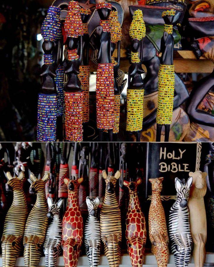 Afrikanin figürleri...sade ve doğal bir şekilde bu el emeği motifler kendini anlatıyor...genelde bu işleri en cok kibtiyler ( Ortodoks arapları) yapıyorlar...African  figure ... Not: iIgisi olan ve keşke bir figürüm olsun diyenlere yolaya bilirim...burada çok güzel deve derisinden çantalar var  on yıl gider buraların güzel yani  orjinaligini bozmamiş olması... ....#Africa#figure#motifs#figür#afrika#sanat#art#Bible#lifestyle#örf#âdet#çanta#deri#kızlar#anneler by mehresu @enthuseafrika