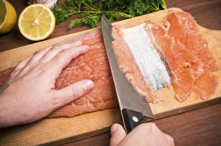 Wir erklären Schritt für Schritt, wie man Graved Lachs, also gebeizten Lachs, selber zubereitet. Sie brauchen dafür eine frische Lachsseite, die richtige Gewürzmischung und genug Zeit zum Beizen. Danach wird der Graved Lachs hauchdünn geschnitten und mit einer selbst gerührten Dijonsenf-Honig-Sauce serviert. Im Rezept-Video können Sie sich außerdem die Zubereitung des Graved Lachs und der Sauce ansehen.