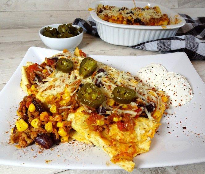 Burrito mit mexikanischer Fleischfüllung, Kidneybohnen, Mais und Jalapenos