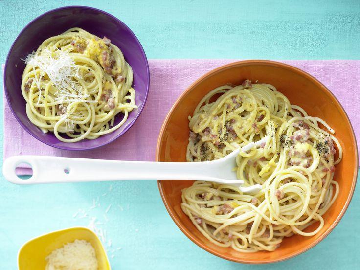 Heiß geliebt von der ganzen Familie: Spaghetti à la Carbonara | http://eatsmarter.de/rezepte/spaghetti-a-la-carbonara