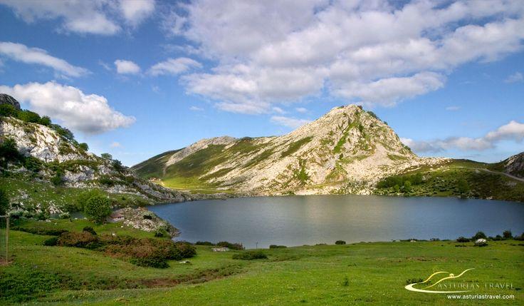 Lagos de Covadonga, lago Enol.  Los lagos de Covadonga se encuentran en el Parque Nacional de los Picos de Europa en Asturias. Se trata del primer Parque nacional declarado en España. Fotos de Asturias de Asturias Travel. http://www.asturiastravel.com