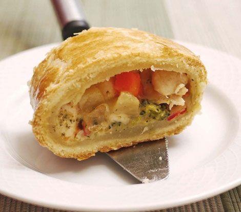 La receta de pastel de pollo que os traemos hoy es muy nutritiva y riquísima. Eso sí: os adelantamos que si queremos hacer la masa de hojaldre del pastel d