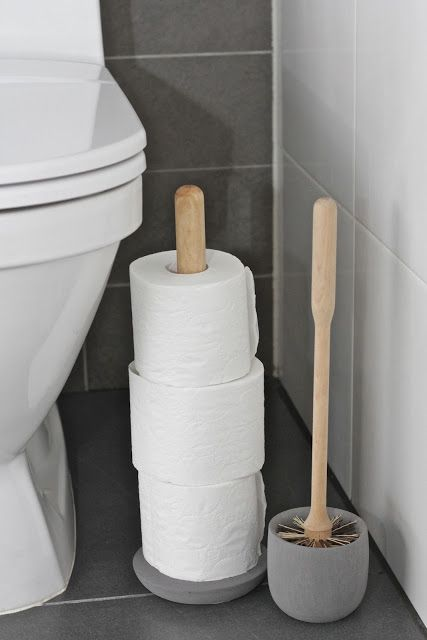 Iris Hantverkin betoni-muovimassasta valmistetut wc-harja ja wc-paperiteline.