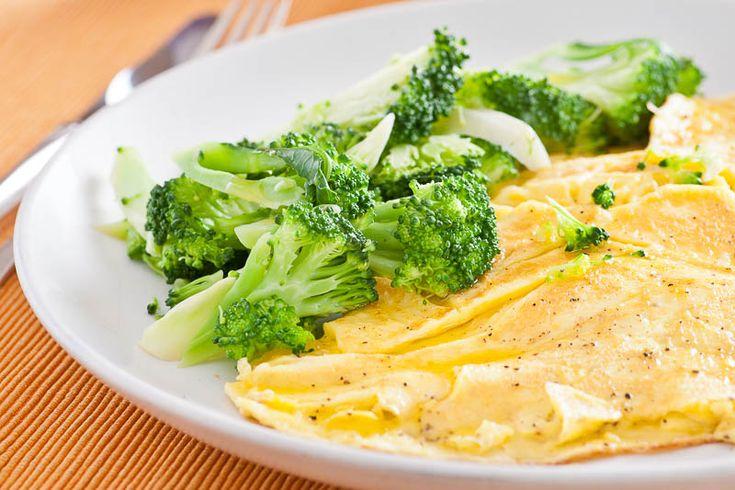 Ostomelett med ångkokt broccoli - Att ånga grönsaker är så mycket bättre än att koka dem, tycker jag. Smak och näring hälls inte bort med kokvattnet. Broccolin ska vara al dente, inte helt mjuk. Osten blir pricken över i. #mat #recept #omelett #vegetariskt