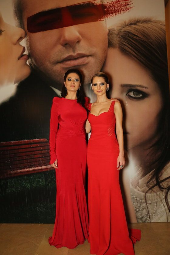 """Kırmızı gece! Osman Sınav'ın, başrollerini Nurgül Yeşilçay, Tayanç Ayaydın ve Ezgi Asaroğlu'nun paylaştığı yeni filmi """"Aşk Kırmızı""""nın galası önceki akşam MSGSÜ'de gerçekleşti"""